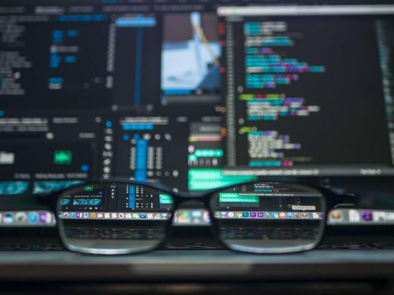 Dator framför en analys om forex trading